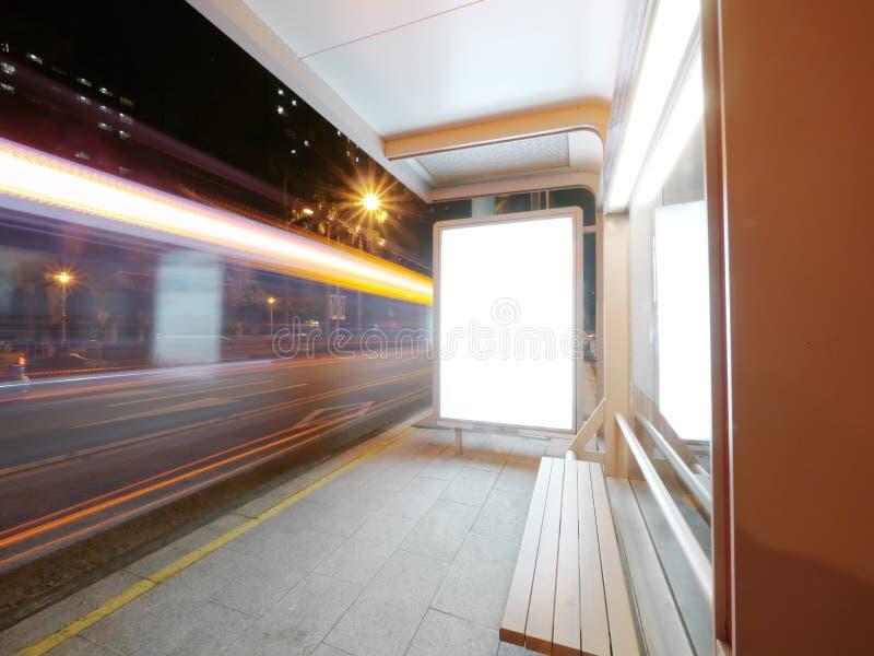 Busbahnhof und Stuhl stockfoto