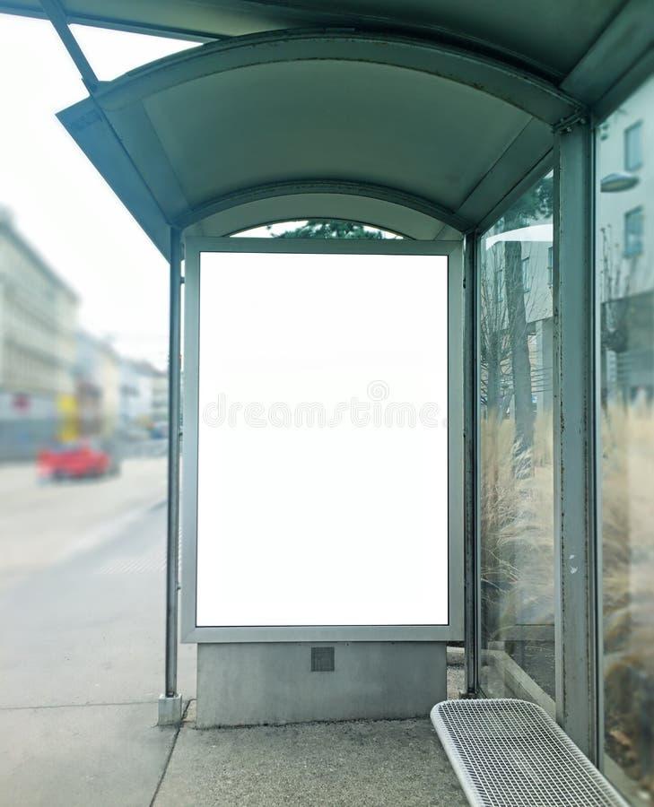 Busbahnhofbeschneidungspfad lizenzfreie stockbilder