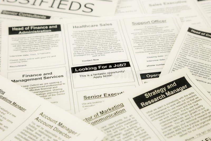 Busca de trabalhos em classifieds e em jornal imagem de stock royalty free