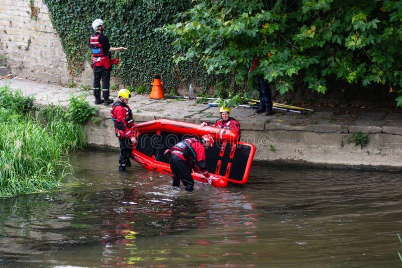 Busca e equipe de salvamento que removem seu bote do rio Avon fotos de stock royalty free