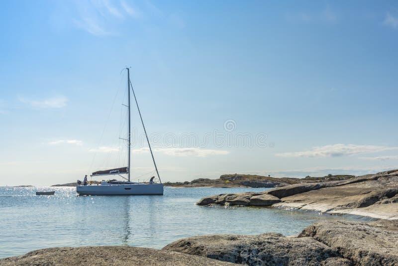 Busca para amarrar o arquipélago de Huvudskär Éstocolmo do penhasco foto de stock