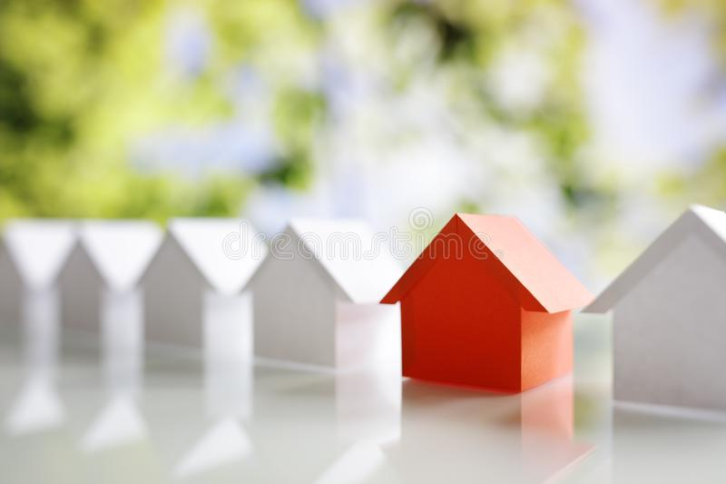 Buscando para la propiedad de las propiedades inmobiliarias, la casa o el nuevo hogar foto de archivo libre de regalías