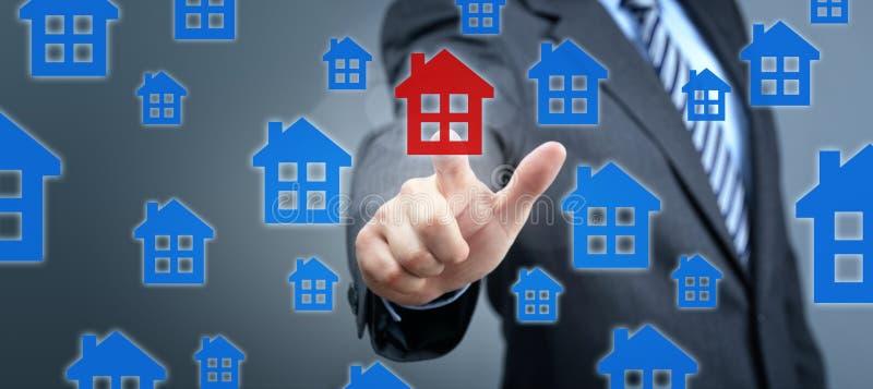 Buscando para la propiedad de las propiedades inmobiliarias, la casa o el nuevo hogar fotografía de archivo libre de regalías