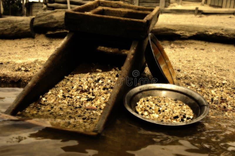 Buscar el oro en el río imagen de archivo libre de regalías