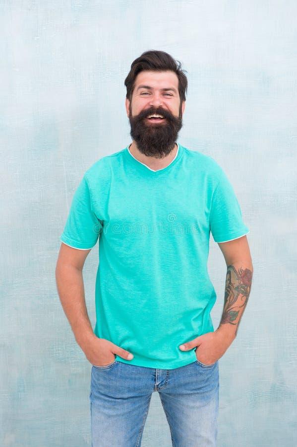 Buscar la mejor forma de barba para el cabello facial. Un tipo brutal de hipster con barba. Los productos son esenciales para mant imagen de archivo libre de regalías