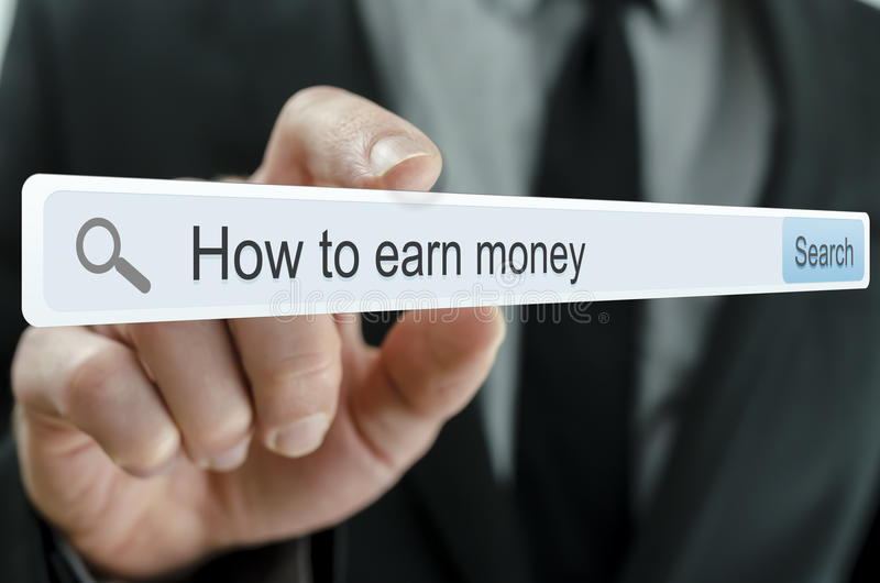 Buscar maneras de hacer el dinero en Internet foto de archivo libre de regalías