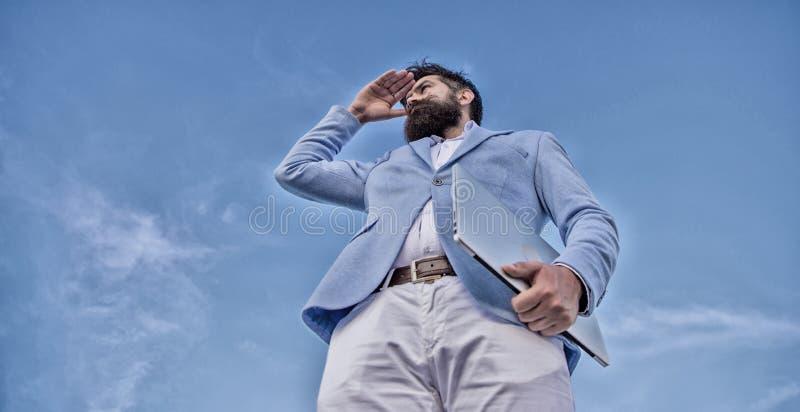 Buscar oportunidades y nuevas ocasiones Encargado formal del traje del hombre que mira la direcci?n Direcci?n del negocio que se  imagenes de archivo