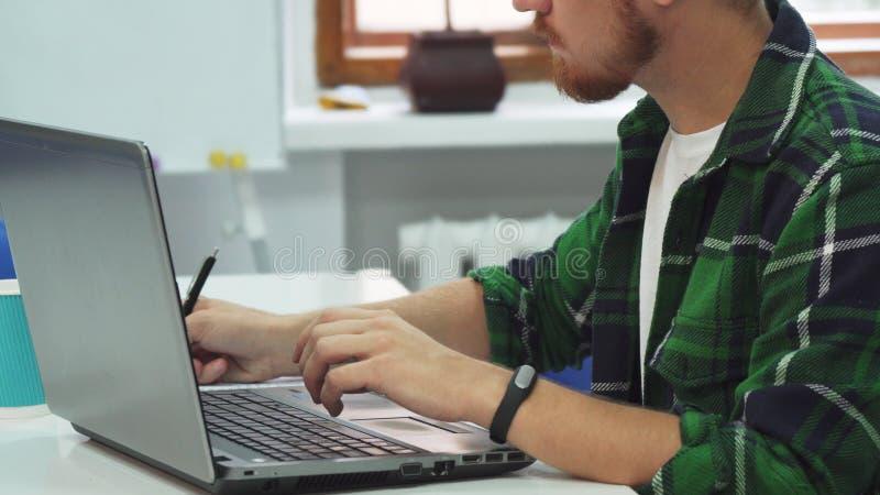 Buscas espertas do estudante para obter informações sobre do computador imagens de stock royalty free