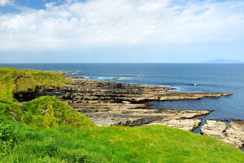 Buse och stenig kust l?ngs den ber?mda cirkeln av den Kerry rutten Iveragh halvö, ståndsmässiga Kerry, Irland royaltyfria foton