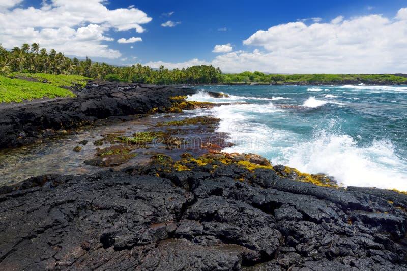 Buse och stenig kust på sydkusten av den stora ön av Hawaii royaltyfri fotografi