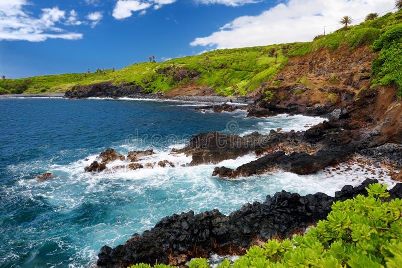 Buse och stenig kust på sydkusten av Maui, Hawaii royaltyfri foto