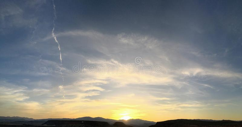 Buses de Cathartidae d'aves d'aura de Cathartes de vautours de Turquie montant au coucher du soleil près de St George Utah dans l image libre de droits