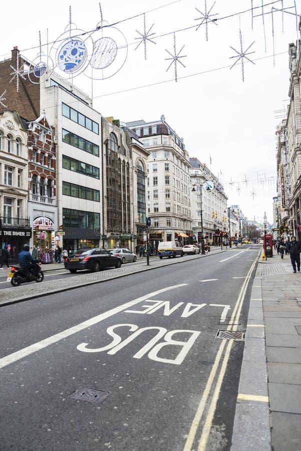 Busfahrstreifen unterzeichnen herein London, Vereinigtes Königreich stockfoto
