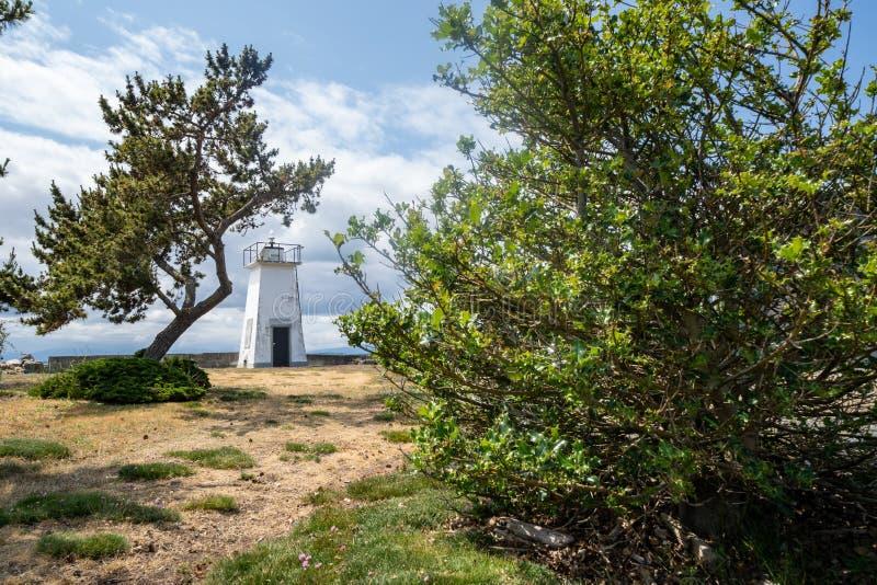 Bush-Punkt-Leuchtturm, wenn die Bäume die Seestruktur gestalten, an einem Sommertag in Whidbey-Insel Washington lizenzfreie stockfotografie