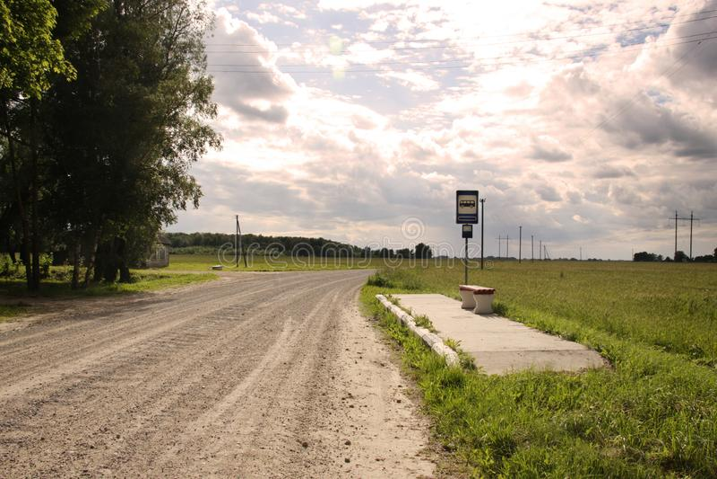 Bushalte in de weg van het het dorpsgrint van Litouwen stock afbeeldingen