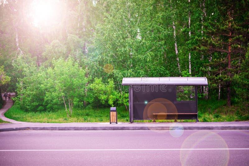 Bushalte dichtbij de weg op de bos Groene achtergrond royalty-vrije stock afbeelding