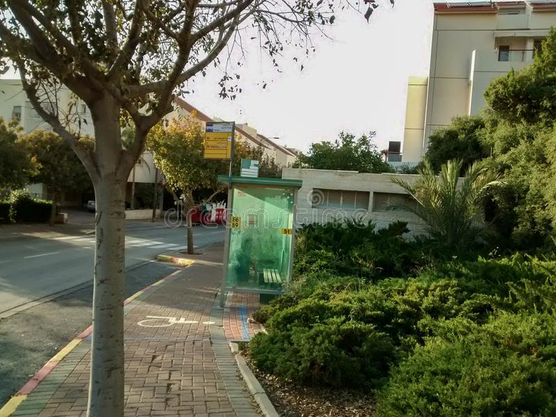 Bushalte in een straat in de stad van modiin, Israël stock fotografie