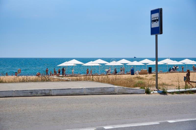 Bushalte met een teken op het overzeese strand stock fotografie