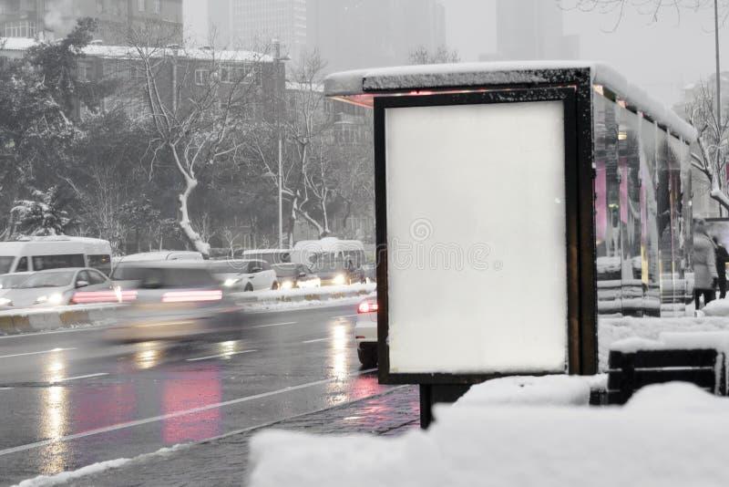 Bushaltestelle-Anschlagtafel in der Stadt stockfotografie