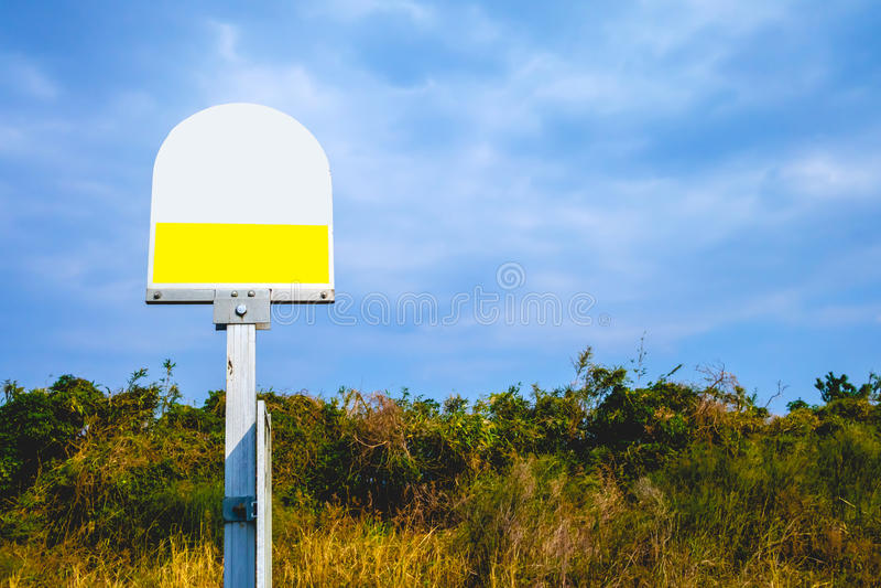 Bushalteteken in de blauwe hemel royalty-vrije stock fotografie