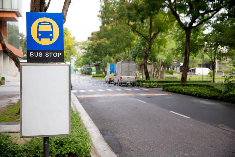 bushalteteken op busstation openbaar vervoer en mededeling beeld voor achtergrond, behang en exemplaarruimte stock foto's
