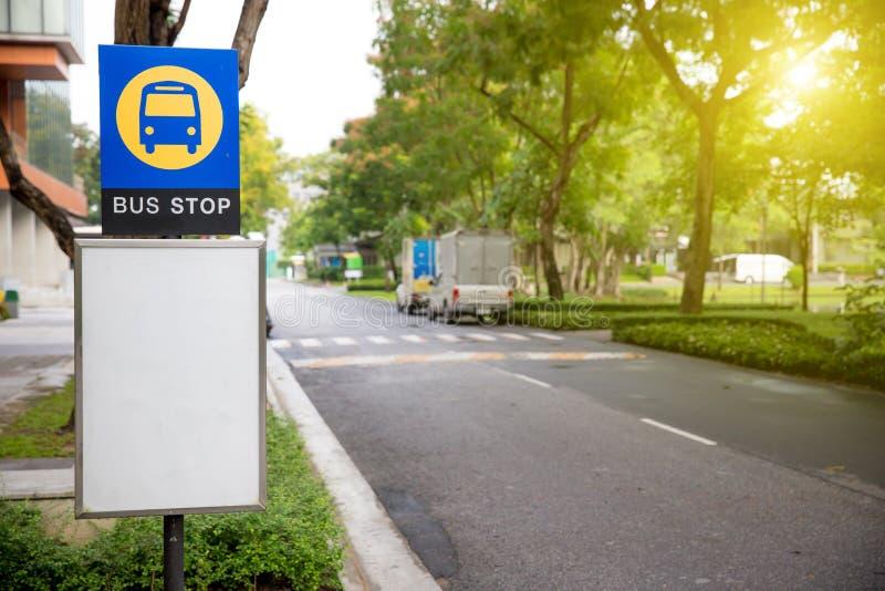 bushalteteken op busstation openbaar vervoer en mededeling beeld voor achtergrond, behang en exemplaarruimte stock afbeelding