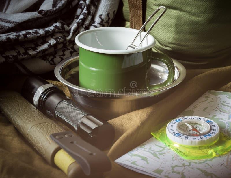 Bushcraft openluchtoverlevingsuitrusting op ruw canvas royalty-vrije stock foto's
