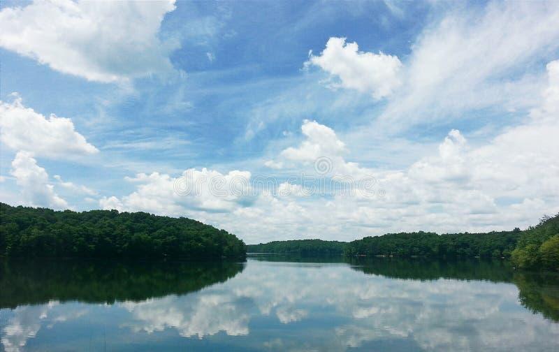 bushers uspokajają składu jeziornego moutain target1052_0_ odbicia zmierzchu drzewa pionowo obrazy stock