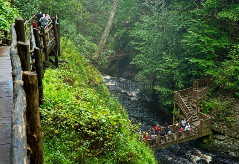 Bushkill cai desfiladeiro com caminhada e pontes foto de stock