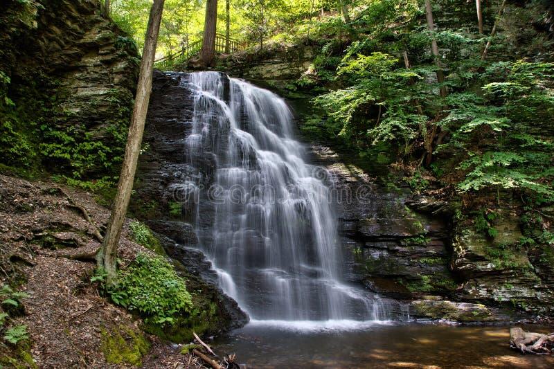 Bushkill cai nas montanhas de Pensylvania Pocono imagens de stock