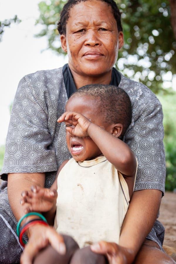 Bushman granny met kind stock afbeeldingen