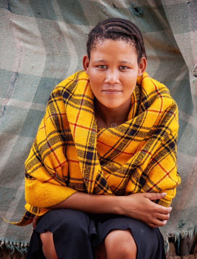 Bushman, ung kvinna arkivbild