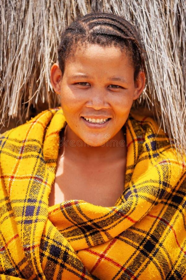 Bushman, ung kvinna fotografering för bildbyråer