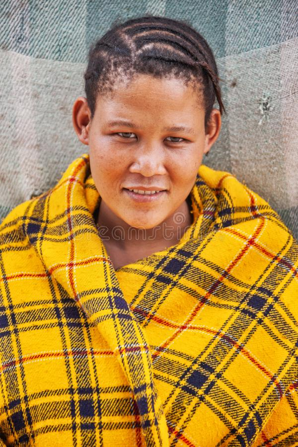 Bushman, ung kvinna royaltyfri fotografi