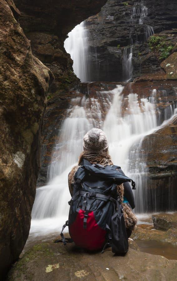 Bushwalker en admiration devant les cascades photographie stock