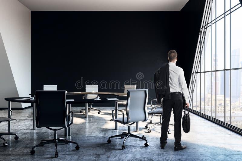 Busiinessman i konferensrum fotografering för bildbyråer