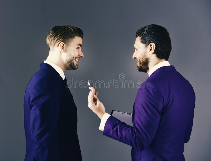 Busineespartners die over overeenkomst bespreken Mensen in kostuum of zaken stock foto's