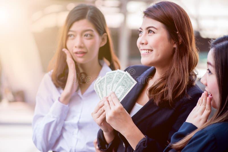 Busineeswomen z pieniądze zdjęcie stock