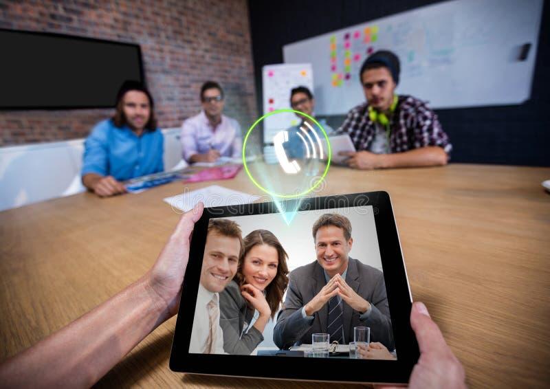 Businespeople ayant la vidéo invitant le comprimé numérique dans le bureau photos libres de droits