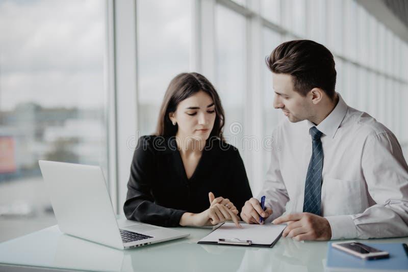 business businessman cmputer desk laptop meeting smiling talking to using woman Δύο επαγγελματίες που υπογράφουν τη σύμβαση εργασ στοκ εικόνες