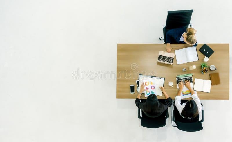 business businessman cmputer desk laptop meeting smiling talking to using woman Τοπ άποψη της ομάδας επιχειρηματιών καθμένος στον στοκ φωτογραφίες με δικαίωμα ελεύθερης χρήσης