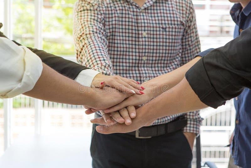 Business Concept de travail d'équipe et de personnes Relation de travail d'équipe ensemble Homme et femmes de main dans le bureau photos libres de droits
