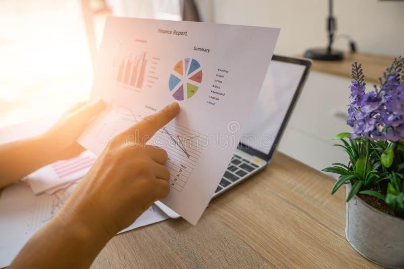 Business Finance Accounting Banking Concept, empresária que faz finanças e analisa o custo do investimento imobiliário e imagem de stock