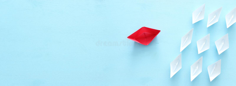 Business Image de concept de direction avec les bateaux de papier sur le fond en bois bleu Othes de guidage d'un chef photos libres de droits