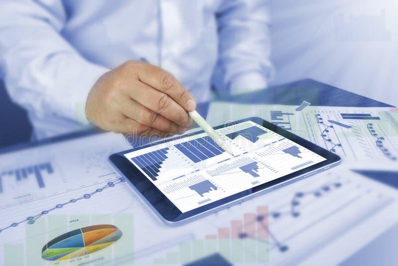 Business Intelligence, Bi, nowoczesna technologia, koncepcja projektowania sieci Web Człowiek-projektant, przedsiębiorca pracując obraz stock