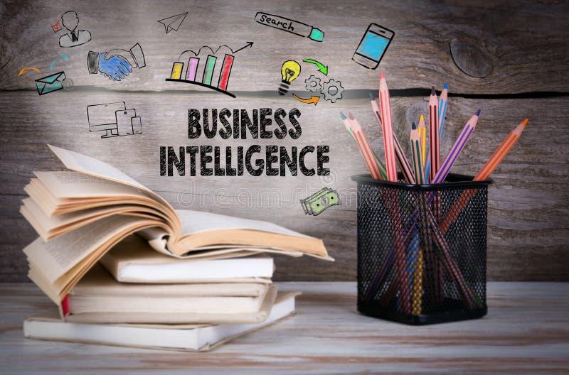 Business Intelligence Sterta książki i ołówki na drewnianym stole zdjęcia royalty free