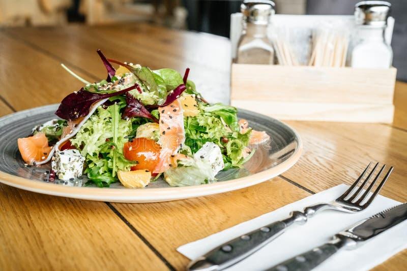 Business-Lunch auf dem Tisch kein Leutesalat mit papper und Salz lizenzfreies stockbild
