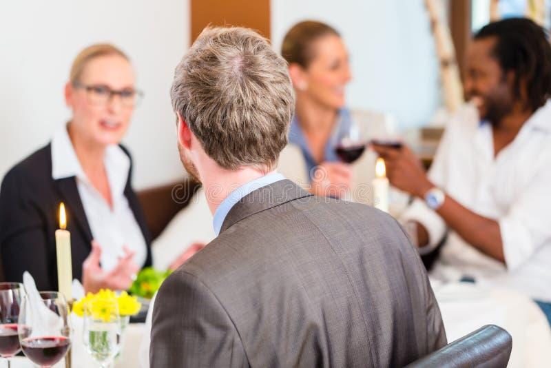 Business-Lunch im Restaurant mit Lebensmittel und Wein lizenzfreie stockfotos