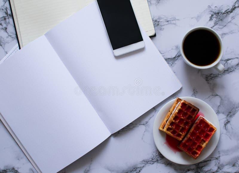 Business-Lunch mit coffe anf Waffeln und Planung des Tages und des Smartphone lizenzfreies stockfoto