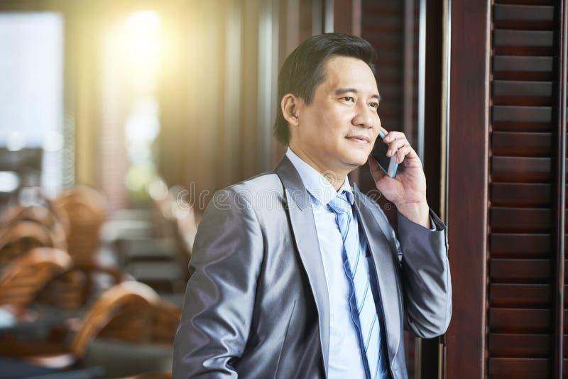 Business Manager opowiada na telefonie obrazy royalty free